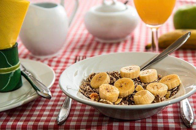 snídaně s banány