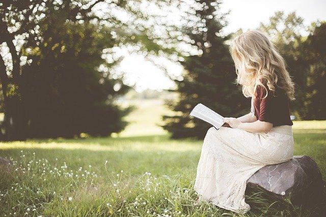 čtení na kameni