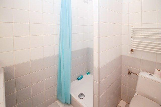 malá koupelna se sprcháčem